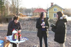 Margareta Holmerts serverar glögg till stelfrusna pendlare.