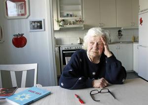 80-åriga Maj-Britt Andersson kan inte längre nå sin utvecklingsstörde son på telefonen och han ringer inte upp trots att de tidigare talades vid flera gånger om dagen.