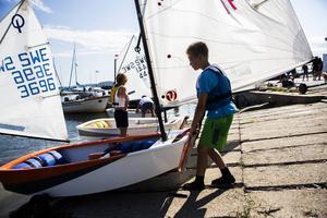 Jonas Engfeldt, 11, har seglat i två år och tycks trivas i Vindhem.