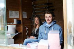Johanna Brede och Jonas Andersson hade en blåsig första dag på minigolfbanan i Badhusparken.