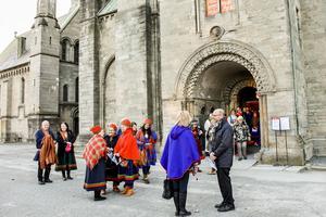 Jan Fjellgren och Karin Rensberg Ripa (längst till vänster) några av många samer från Härjedalen som samlats i Trondheim för att fira hundraårsjubiléet av det första samiska landsmötet.