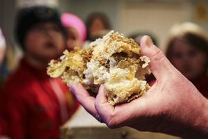 Vax från kakorna återanvänds till grundstrukturen i nya kakor.