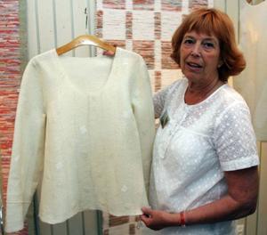 Karin Rickardsson, Ytterån, visar upp sin långärmade blus i nunofilt med dekor av silke.