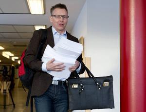 Peter Löthman, före detta socialdirektör i Sundsvall, tror att de ständiga bytena på chefsstolen har bidragit till socialnämndens problem.