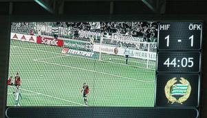 Storbildsskärmen inne på Tele2 Arena vid 1–1-målet.