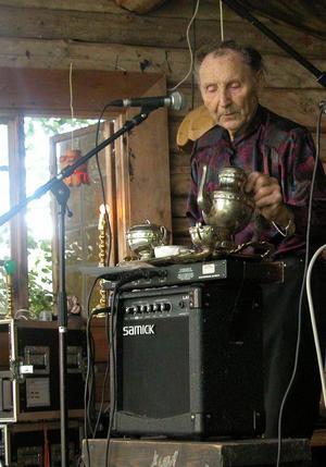 Legend. Spelmannen Willi Toors, som på bilden visar ett trolleritrick, är numera en självskriven artist på Skanka loss. Foto:Maja Berg