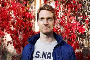 Daniel Edfeldt har jobbat med att skapa dataspel för barn, nu är han framgångsrik barnboksförfattare samtidigt som han jobbar heltid på Skatteverket.