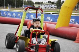 Treårige Arvid Isaksson från Kiruna var en hejare på mini-gocart och åkte flera varv.