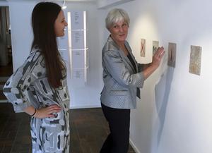 Klara Espmark och Birgitta Bergsten hänger sin utställning på Kaz Galleri.