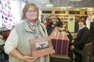 Ulla Persson, som jobbat närmare 40 år på natten, köpte ett signerat exemplar.