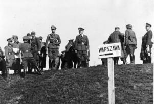 Andra världskriget startade den 1 september 1939, då Tyskland attackerade Polen. Denna bild visar tyskarna, med Adolf Hitler i spetsen, mellan Lodz och Warszawa den 12 september.