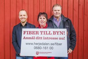 Martin Södergårds, Gunilla Zetterström Bäcke och Mats Falkeman med den skylt som syns på flera håll runt om i Härjedalen nu.