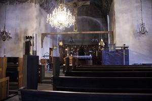 Predikstolen och altarbakgrunden har kritiserats och i folkmun kallats för