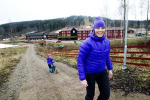 KOM, MAMMA! Nya platschefen i Kungsberget, Catharina Utanskog, har bott med man och två döttrar – här Molly 3 år – på anläggningen hela hösten under förberedelserna inför vintern. Ny för året är Kungens kurva, en lång och snäll backe som anlagts allra längst västerut (längst till höger i bild).