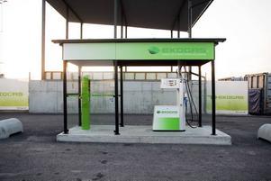 Kunder känner sig lurade. Kunder på biogasmacken på Sörby Urfjäll känner sig lurade för att det inte tydligare framgår att det bara säljs fossil naturgas på macken och inte biogas.