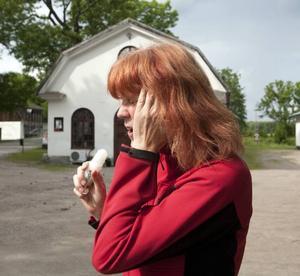 Martina Schäfer smörjer in sig med myggmedel.