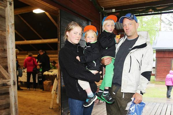 Tomas och Lotta Schöön med barnen Casper och Rasmus trotsade regnet.