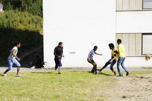 Fotbollen förbrödrar. Utanför hotellet spelar syrier och eritreaner fotbollsmatch.