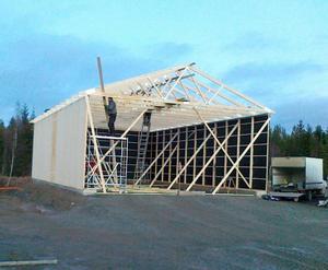 Så här såg verkstadsbygget ut innan stormen Berit drog in över Offerdals motorstadion.