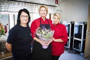 Fastighetsskötaren Monica Öhman överraskade sina kollegor ordentligt. Mattanterna Sinikka Ekehult och Kicki Qvist som jobbar i köket på Sörgärdets skola i Älvkarleby.