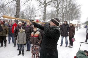För full hals. Roland Gustavsson blåste in julmarknaden med sin näverlur. Efteråt fick han en stor applåd.  BILD: INGVAR SVENSSON
