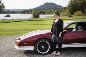 """Magdalena Flemström förverkligade något av en dröm när hon och maken Nils-Erik köpte sin Pontiac Trans Am. Givetvis vilar en V8-motor under huven. """"Det är kul när det låter"""", säger Magdalena."""