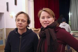 Erik Uddenberg och Kajsa Isakson är pjäsförfattare och regissör respektive konstnärliga ledare för Folkteatern.