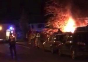 Två bilar i brand utanför villa i Bydalen.