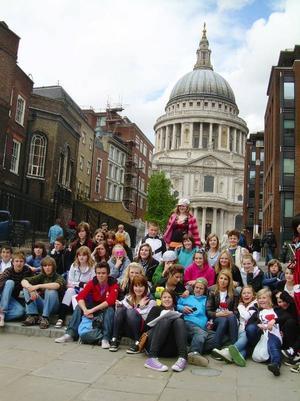 Hela den svenska och engelska gruppen framför St Pauls Cathedral i London. Foto: Privat