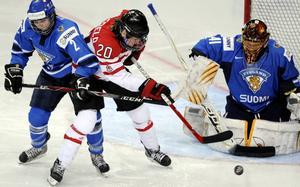 Jennifer Wakefield (mitten) och Noora (till höger) Räty kommer att spela med män den kommande säsongen. Wakefield i svenska division III och Räty i finska andraligan.