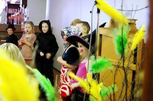 På väg till blåkulla tog påskkärringarna från Bikupas förskola vägen förbi äldreboendet Björkbacka, där de bjöd på traditionella påsksånger.