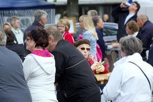 MATDAGS. Uppskattningsvis ett par hundra personer hade vid lunchtid letat sig Rådhustorget för att njuta av Gästriklands landskapsfisk tillagad på olika sätt.