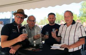 Stefan Norell, Håkan Lilja, Fredrik Svensson och Tommy Söderholm är tillsammans delägare i ett fat, Under Box whiskyfestival stod de och njöt av varandras sällskap över en provsmakning ur fatet.