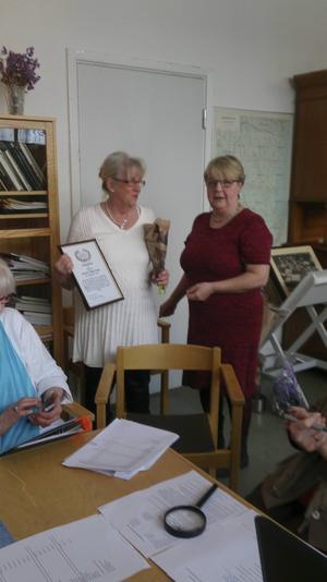 En glatt överraskad Gudrun Robertsson fick motta slöjdföreningens stipendium.
