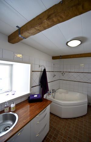 Den här badrumsmöbeln har Anne och Pär tillverkat av köksskåp och en bänkskiva. Köksskåpen gör att de får smart förvaring.