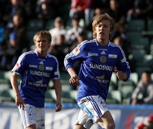 Emil Forsberg i debutmatchen för GIF Sundsvall. I bakgrunden syns tidigare GIF-kaptenen Ari Skúlason – numer EM-spelare för Island.