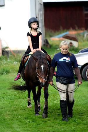 Maja Johansson tog chansen att få rida en sväng på ponnyn Cinderella. Amanda Olsson såg till att ekipaget tog sig runt i lagom tempo.