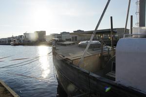 Bortom Gävle strand ligger båten förtöjd bakom Erikshjälpen.