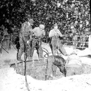 Vintern 1958 hade delar av Domnarvsbron i Borlänge rasat in och arbeten pågick.