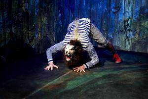 Folkteatern går en ny vår till mötes: Succén Vargar i väggaran sätts upp igen.