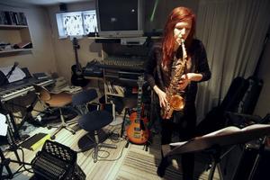 Emma har länge tyckt att saxofon låter häftigt och ser coolt ut, sedan ett och ett halvt år tar hon saxofonlektioner.Bild: Malin Eriksson
