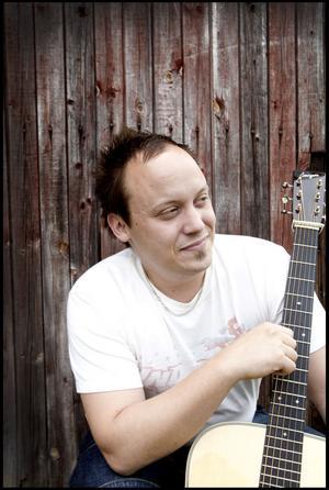 TALLGRASS. G2:s singer and songwriter Christoffer Olsson har enligt en av världens bluegrasslegendarer gett den moderna bluegrassen ett europiskt språk.