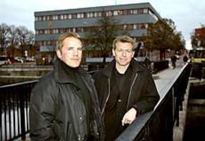 Foto: LASSE WIGERT Ska öka delaktigheten. Organisationskonsulterna Peter Lehnbom och Jens Kandén utbildar samtliga anställda på polismyndigheten under två dagar. Syftet är att delvis platta ut organisationen.