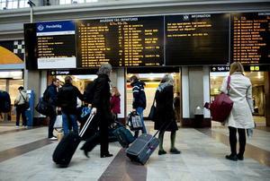 Väntande. Stockholm Centralstation har fyllts av resenärer med tanke på flygstoppet - och dessutom har signalfelet komplicerat tillvaron för resenärerna Stockholm-Västerås.