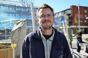 Mattias Olsson, parkavdelningen Kumla kommun och ägare till hönsen.