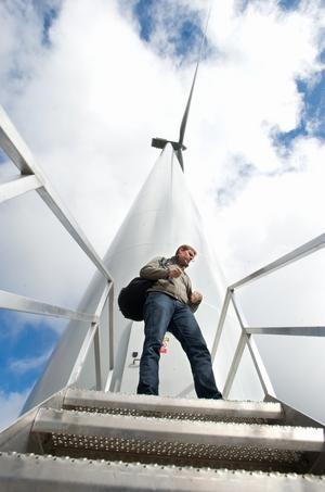 Maskinhuset högst däruppe väger 70 ton och är stort som en buss förklarar Niklas Lundaahl, projektledare hos Dala Vind Foto:Kjell Jansson