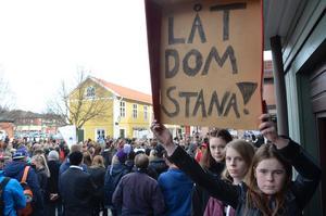 Demonstranter. Greta Nilsson, Agnes Asplund och Kajsa Carlsson tycker att det är extremt orättvist och helt fel att utvisa killarna. Därför är de med och demonstrerar.