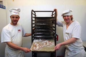 Inför storhelger som jul brukar det bli extra mycket jobb för bageriet. Från vänster Ove Eriksson och Lars Johansson.