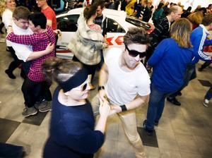 Cecilia Holmgren och David Eriksson deltog i lördagens flash mob på gallerian Nian då ett stort gäng av besökarna plötsligt började bugga.