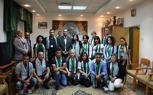 Isabel Redhe tillsammans med den svenska gruppen och delar av den palestinska gruppen i Yasser Arafats gamla kontor.